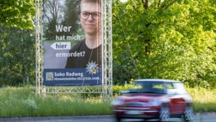 Mit diesem ungewöhnlichen Plakat sucht die Polizei in Bayreuth nach dem Mörder von Daniel W. (Bild: dpa/Polizei)