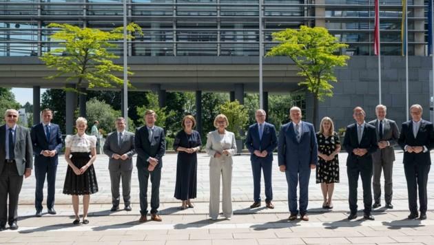 Landeschefin Johanna Mikl-leitner (Mitte) setzt bei den großen Zukunftsfragen auf Teamarbeit. (Bild: NLK Schaler)