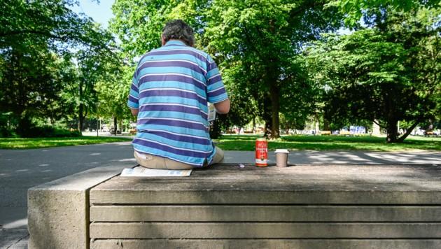 Ein Bild, das im Volksgarten der Vergangenheit angehört: Wie im Schillerpark ist bereits das Mitbringen von Alkohol verboten. (Bild: Alexander Schwarzl)