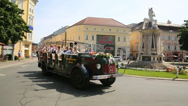 Mit dem Oldtimer-Bus durch die Klagenfurter Altstadt. (Bild: Hronek Eveline)