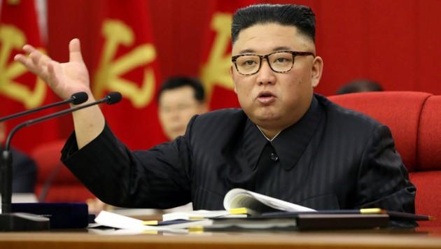 Kim Jong Un stimmt die nordkoreanische Bevölkerung auf harte Zeiten bei der Lebensmittelversorgung ein. (Bild: AP/Korean Central News Agency/Korea News Service)