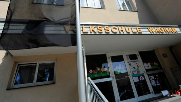 Eine schwarze Fahne wehte nach der Bluttat vor dem Eingang zur Volksschule Wagram in St. Pölten. (Bild: APA/Roland Schlager)
