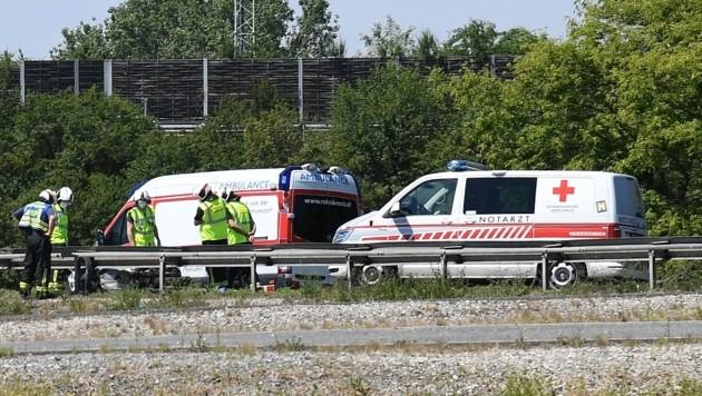 Sanitäter und Notarzt kämpften vergeblich um das Leben des Bikers, die Feuerwehr barg das Unfallmotorrad. (Bild: P. Huber)