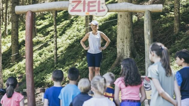 Instruktionen von Ex-Slalom-Vizeweltmeisterin Michaela Kirchgasser. (Bild: Servus TV/Gruber)