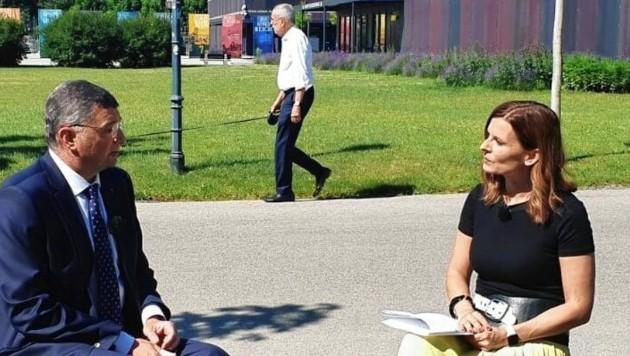 Während Jörg Leichtfried das Interview gab, huschte Alexander Van der Bellen mit seinem Hund an der Leine durchs Bild. (Bild: twitter.com/jleichtfried)