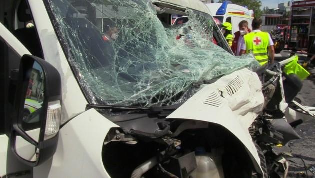 Der Fahrer des Kleinlasters starb nach dem Zusammenstoß. (Bild: Maurice Shourot)