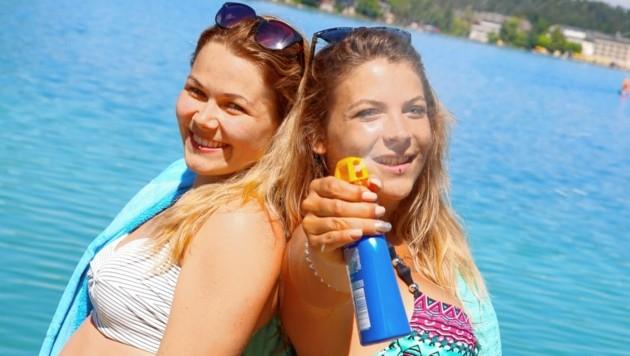 Madeleine und Melanie haben sich am Klopeiner See mit Sonnencreme bewaffnet. Juchuu, der Sommer bleibt! (Bild: Evelyn Hronek/Kamerawerk)