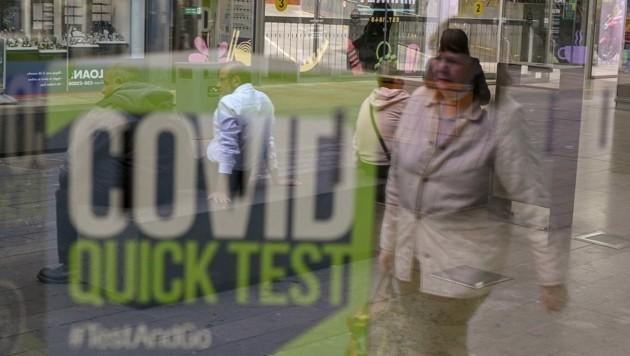 """Statt einem """"Tag der Freiheit"""", wie ihn Premierminister Boris Johnson angekündigt hatte, heißt es in Großbritannien jetzt weiterhin: """"Testen, testen, testen."""" (Bild: AFP/Oli SCARFF)"""