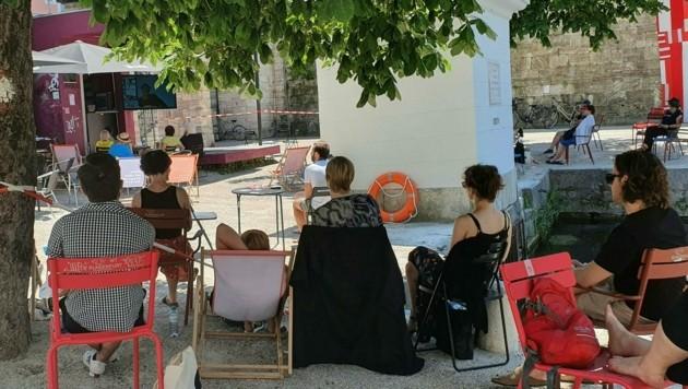 Schattig und gemütlich sitzen die Literatur-Interessierten im Lendhafen. (Bild: APA/Peter Lindner)
