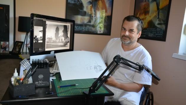 Juraj Kadassy zeichnet mit Tusche. Um seiner Kunst nachgehen zu können, braucht er vor allem eins: Ruhe. Wer mehr Bilder von ihm sehen möchte: www.jurajkadassy.at (Bild: Charlotte Titz)