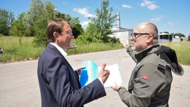 Bürgermeister Matthias Stadler (li.) und Baudirektor Wolfgang Lengauer suchten nach einer Lösung auf der Deponie. (Bild: MEDIENSERVICE MAGISTRAT ST.POELTEN JOSEF VORLAuFER)
