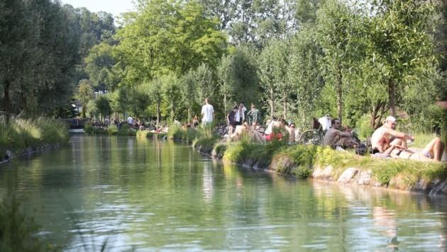 Am Donnerstag war der Almkanal in der Stadt schon recht voll mit Sonn- und Badegästen . (Bild: Tröster Andreas)
