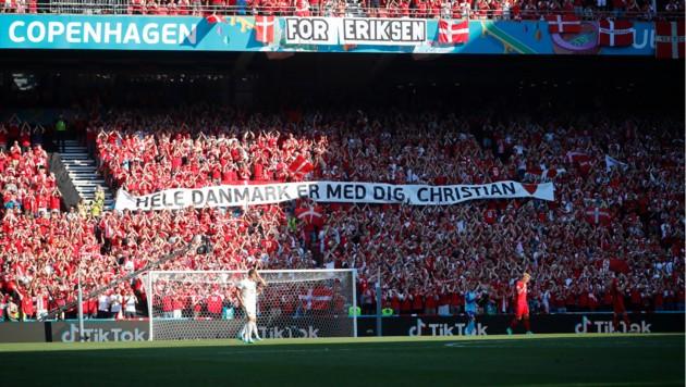 Das ganze Stadion applaudiert für Christian Eriksen (Bild: Copyright 2021 The Associated Press. All rights reserved)