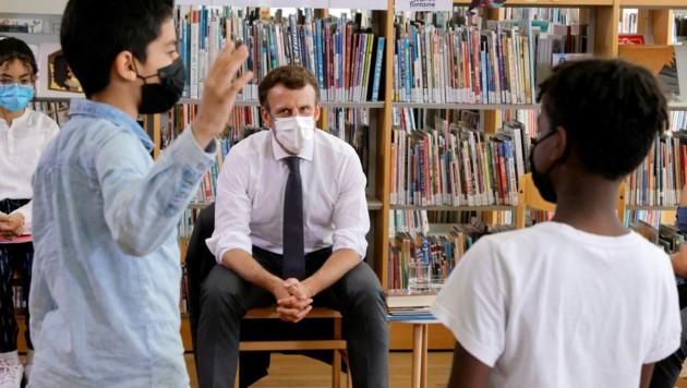 Emmanuel Macron wurde beim Besuch einer Schule in Nordfrankreich mit direkten Fragen konfrontiert. (Bild: APA/AFP/POOL/PASCAL ROSSIGNOL)