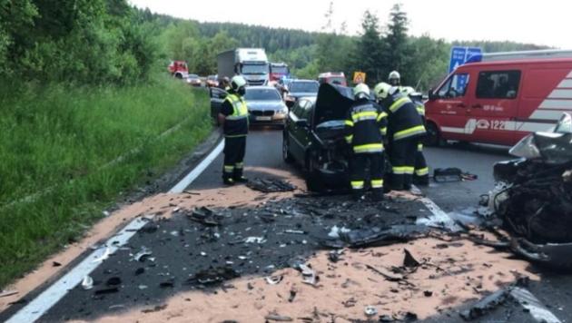 Die eingeklemmten Personen mussten von den Einsatzkräften aus den Autos geschnitten werden. (Bild: Feuerwehr Wolfsberg)