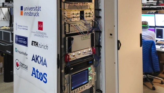 Der kompakte Quantencomputer passt in zwei 19-Zoll-Serverracks. (Bild: Uni Innsbruck)