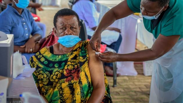 """Wichtige internationale Organisationen kritisieren die """"ungerechte Verteilung"""" der Corona-Impfstoffe, worunter vor allem auch die afrikanischen Länder leiden. (Bild: AP)"""