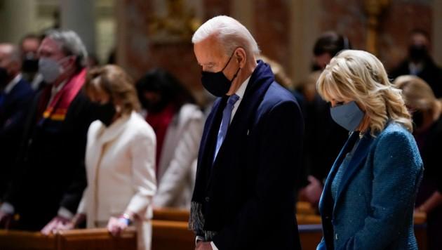 Joe Biden und seine Frau Jill sind gläubige Katholiken. (Bild: AP/Evan Vucci)