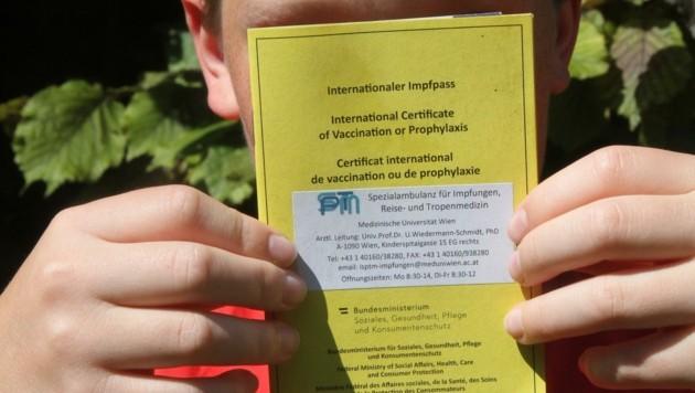 Oskar wurde vor zehn Tagen geimpft. Stolz zeigt er seinen Impfpass, in dem der erste Biontech-Shot vermerkt ist. (Bild: Andi Schiel)