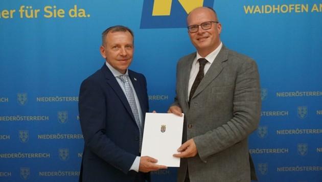 Bürgermeister Josef Ramharter (links) wurde diese Woche von Bezirkshauptmann Günter Stöger angelobt. Über die prekäre Situation im Rathaus will der neue Stadtchef aber nicht reden. (Bild: BH Waidhofen/Thaya)
