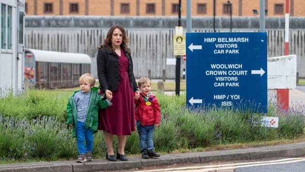 Assanges Verlobte Stella Morris mit den beiden gemeinsamen Kindern vor den Toren des Hochsicherheitsgefängnisses Belmarsh (Bild: ASSOCIATED PRESS)