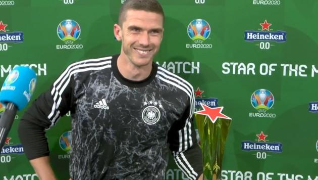 """Robin Gosens mit der Trophäe für den """"Star of the match"""" (Bild: Screenshot ORF TVThek)"""