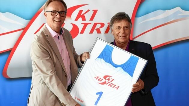 Karl Schmidhofer (li.) bekam die Startnummer eins von Peter Schröcksnadel überreicht. (Bild: Spiess Foto Tirol/Erich Spiess)