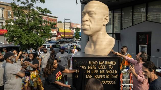 """Eine Statue des von Polizisten getöteten Afroamerikaners George Floyd ist während der """"Juneteenth""""-Feierlichkeiten in Brooklyn enthüllt worden. (Bild: AFP)"""