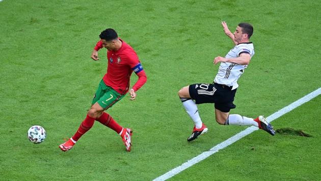 Robin Gosens (re.) und Cristiano Ronaldo (Bild: GEPA )