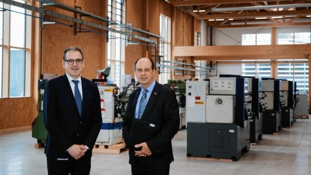 Die Plansee-Vorstände Karlheinz Wex (li.) und Wolfgang Köck zeigte im Vorjahr die neue Lehrwerkstätte. (Bild: Plansee)