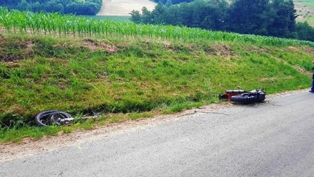 In zwei Teile wurde das Motorrad des Unfallopfers gerissen. (Bild: FF Kleinfrannach)