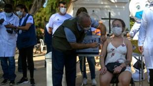Brasiliens Gesundheitsminister Marcelo Queiroga legt beim Impfen selber Hand an. (Bild: AFP)