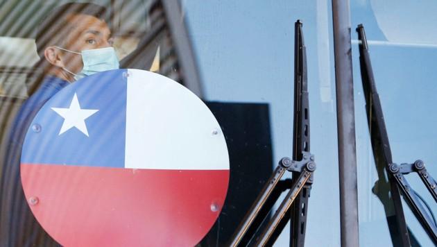 Chiles Gary Medel steigt in den Bus. (Bild: AFP/Silvio Avila )