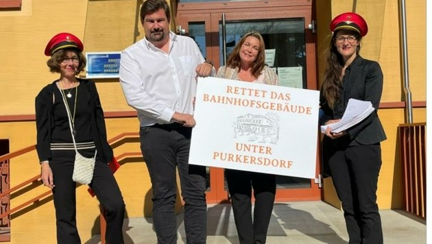 Bürgermeister Steinbichler mit den Bahnhofsfrauen. (Bild: Bahnhofsfrauen)