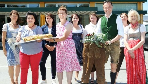 Dank der Mitarbeiterinnen: Lederhosen-Blumenstock und Brezen für Sascha Golitschek. (Bild: Crepaz Franz)