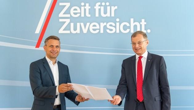 LH Thomas Stelzer und ÖVP-Manager Wolfgang Hattmannsdorfer präsentieren die Wahllisten. (Bild: PETER CHRISTIAN MAYR)