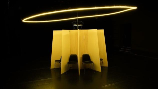 Holzkojen für das Publikum, das von Tänzerinnen umkreist wird (Bild: Valentin Backhaus)