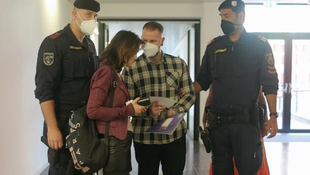 Kevin A. (28) mit seiner Verteidigerin Astrid Wagner. Er bestreitet den Mord und bringt unbekannte Albaner ins Spiel. (Bild: Gerhard Bartel )