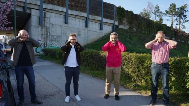 Gegen Lärm der A21: Neos-Fraktionsobmann Christoph Müller (2. v. li.) und Platt (2. v. re.) (Bild: NEOS)