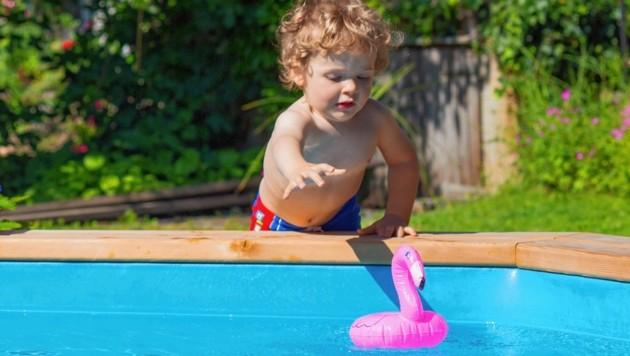 Ein beherzter Griff nach dem Badetier, und schon landet der Sprössling im Pool. In einer solchen Situation zählt jede Sekunde, bereits nach vier bis fünf Minuten unter Wasser kommt es zum Atemstillstand. Deshalb Kinder niemals unbeobachtet lassen! (Bild: Österreichisches Rotes Kreuz (ÖRK)/Thomas Holly Kellner)