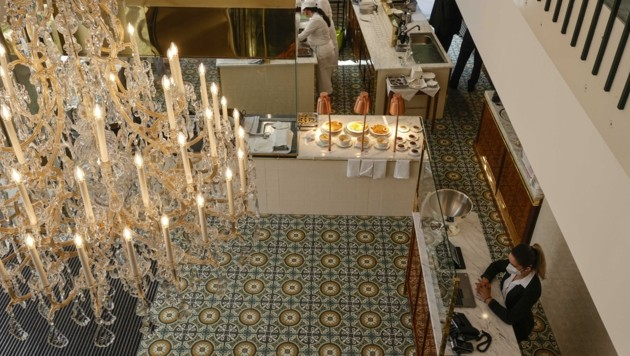 Lobmeyr-Luster und Zementfliesen: Auch damit punktet das Restaurant. (Bild: Tschepp Markus)