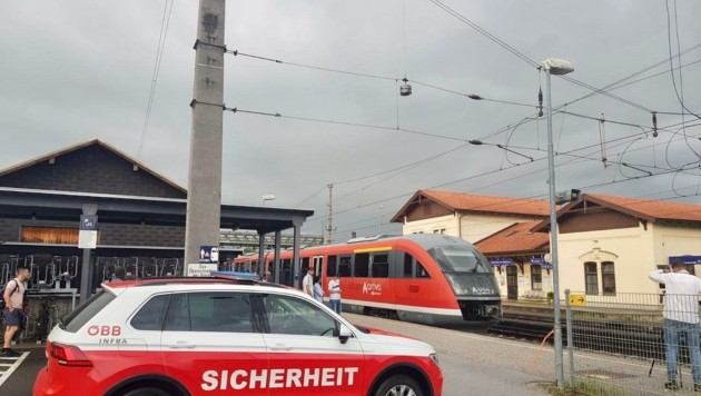 Durch umgestürzte Bäume wurde der Bahnverkehr am Dienstagabend teilweise blockiert. (Bild: Tschepp Markus)
