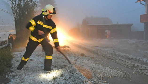 In Pinsdorf hinterließ das Unwetter eine 40 Zentimeter dicke Hagelschicht. (Bild: Wolfgang Spitzbart .)