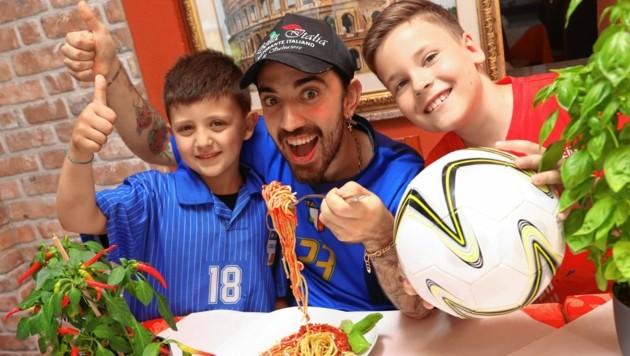 """""""Bella Italia""""-Wirt Renato und Mario halten am Samstag zu Italien, Nils ist Österreich-Fan. (Bild: Rojsek-Wiedergut Uta)"""