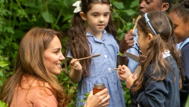 Herzogin Kate hat Kindern, die an einem Naturprojekt im Naturkundemuseum teilnehmen, ein Gläschen Honig aus ihrer eigenen Produktion zum Kosten mitgebracht. (Bild: ROTA / Camera Press / picturedesk.com)
