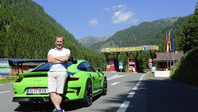 Achim Mörtl chauffiert seine Kunden bei der Tour nicht nur, sondern lässt sie nach einer Einweisung auch selbst hinter dem Porsche-Lenkrad sitzen. (Bild: Dorian Wiedergut)