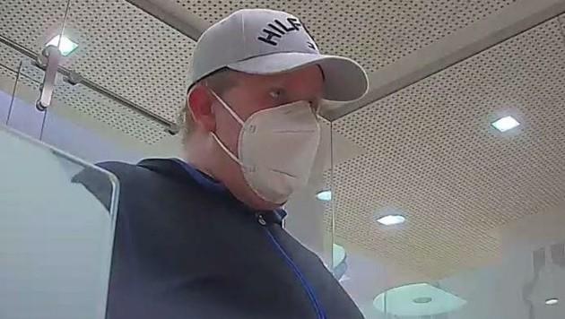 Mit einer FFP2-Maske im Gesicht betrat der Bankräuber die Filiale in Retz. (Bild: LPD NÖ)
