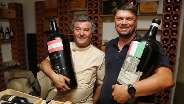Egal, welche Nation - Hauptsache der Wein schmeckt. Restaurantbetreiber Marco Formisano (li.) & Gast Klaus Pleger sehen sich das Match auf jeden Fall an. (Bild: Birbaumer Christof)
