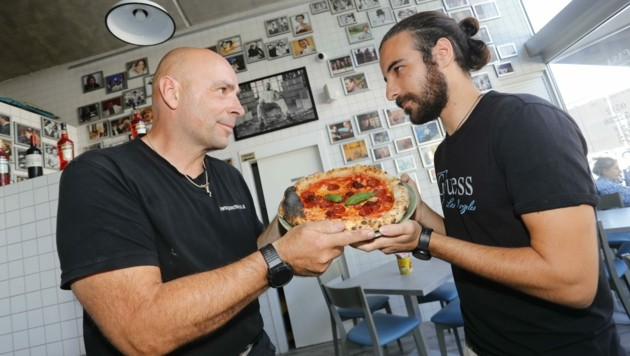 Wer gewinnt? Da sind sich der Österreicher und der Italiener uneinig, doch bei Manuels Pizza ist die Rivalität vergessen. (Bild: Birbaumer Christof)