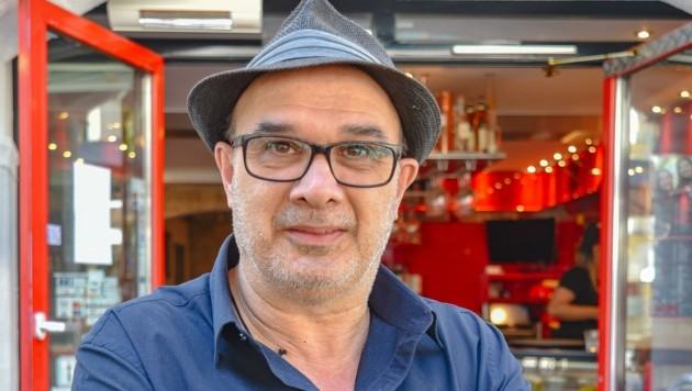Café-Betreiber Paolo Giagu tippt auf einen 2:0-Sieg für Italien. Doch auch seiner Wahlheimat Österreich würde er den Aufstieg ins Viertelfinale von Herzen gönnen. (Bild: Berger Hubert)